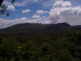 Vista desde la parte superior de la reserva forestal al volcán principal en la tardecer